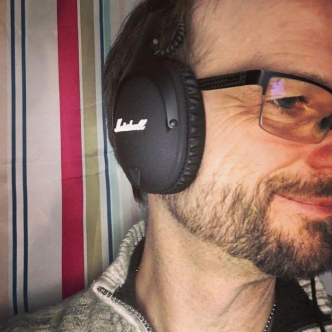 Micha mit Marshall Monitor Kopfhörern